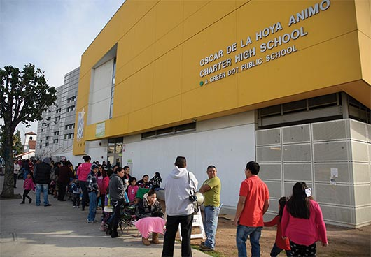 Fundación  Oscar de la Hoya entrega miles de juguetes
