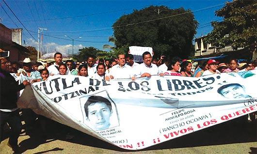 Gobierno y padres de normalistas reanudan diálogo
