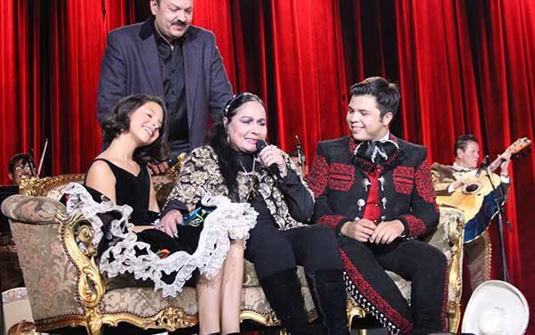Pepe Aguilar rinde tributo en Los Angeles a su madre Flor Silvestre