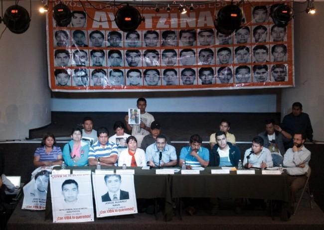 Familiares de 43 estudiantes mexicanos desaparecidos encabezan manifestación de protesta en ciudad de Nueva York