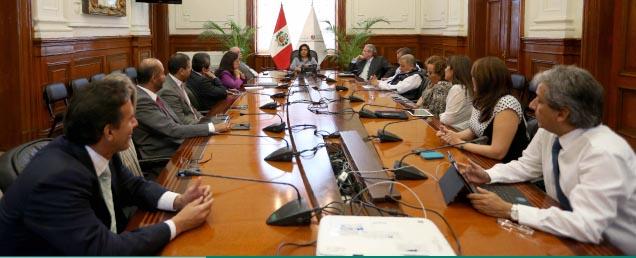 La primera ministra de Perú cae por el espionaje a políticos