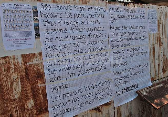 Desesperados familias de los 43 estudiantes piden ayuda al narco