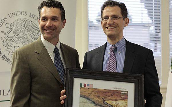 Supervisor Andrew Do da bienvenida a Kenneth Smith, ministro consejero de comercio y NAFTA