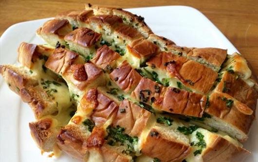 Pan relleno de queso mozzarella y cebollín