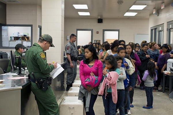 «Libertad» cantan mujeres y niños inmigrantes en E.U.