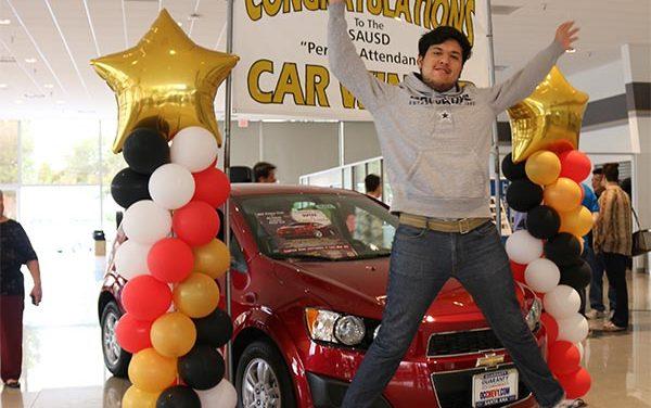 Estudiante de Santa Ana gana un auto nuevo por no faltar nunca a clases