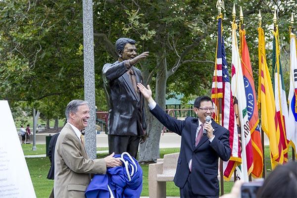 Develan estatua de Ronald Reagan en el parque de la Milla Cuadrada