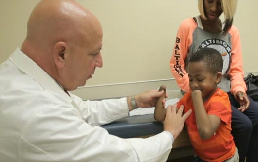 Un doble trasplante de mano le da una segunda oportunidad a un niño
