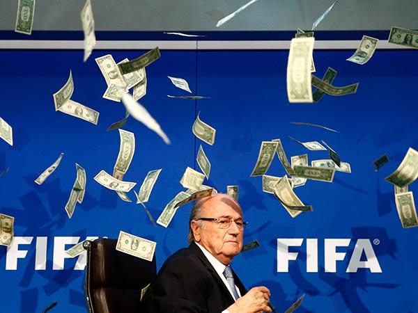Bañan a Sepp Blater con dinero falso