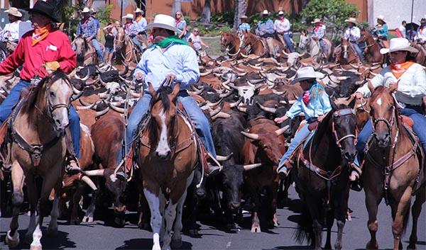 Pezuñas y cuernos por las calles de La Naranja
