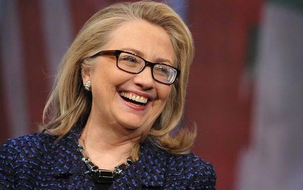 Hillary acosada por periodistas