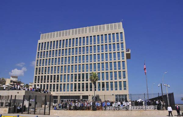 La bandera de los E.U. ondea nuevamente en La Habana, Cuba