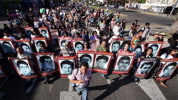 A un año de la desaparición de los 43 estudiantes, miles exigen respuesta en varias ciudades de México