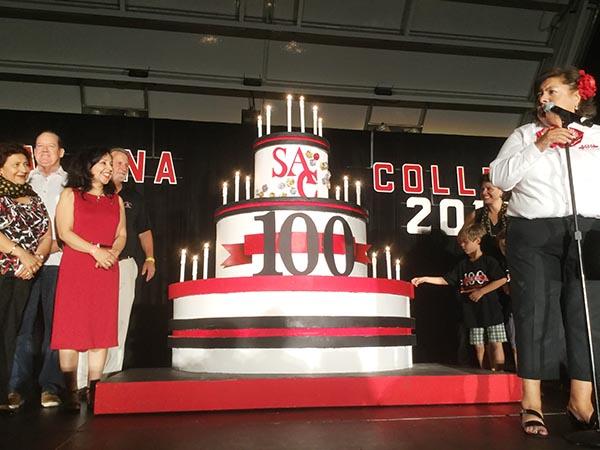 Santa Ana College celebró su centenario a lo grande con pastel, las mañanitas y ¡fuegos artificiales!