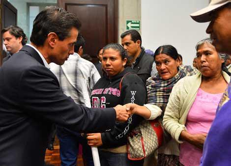 Peña Nieto se reúne con familiares de los 43 desaparecidos. Inician 43 horas de huelga de hambre