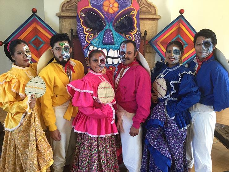 Exposición de Altares de Muertos en el Consulado de México en O.C.