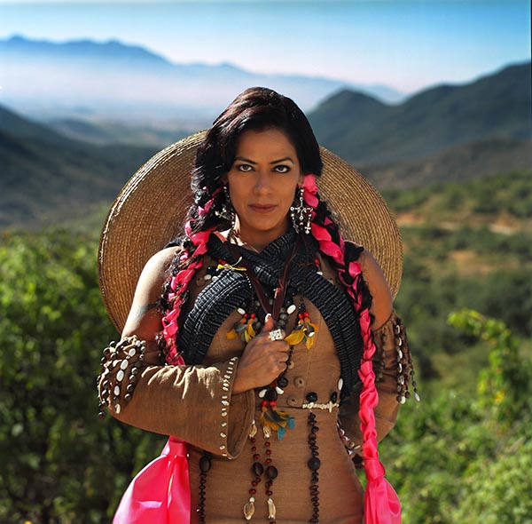 Lila Downs emerge entre las Visiones Chamánicas de los Huicholes