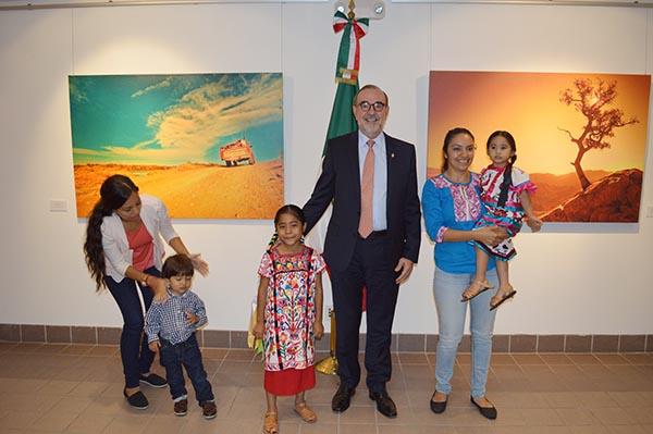 El Cónsul General de México en L.A., Carlos Sada, se reúne con la niña Sophie Cruz