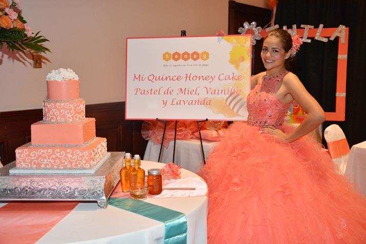 ¡Quinceañera gana su pastel para celebrar su paso de niña a mujer!