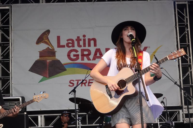 Mariana Vega en los Latin Grammy Street Parties