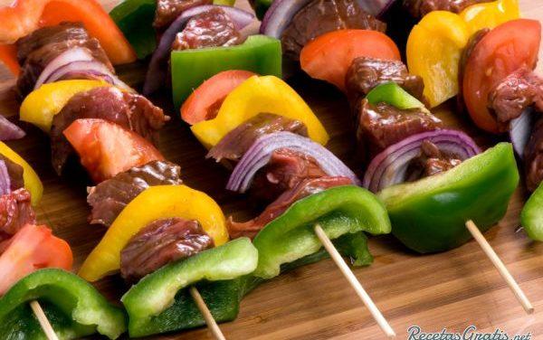 Receta de Brochetas calientes de carne de res y cebollas