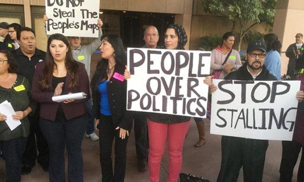 «People's Map!» gritaron cientos al cabildo de Anaheim