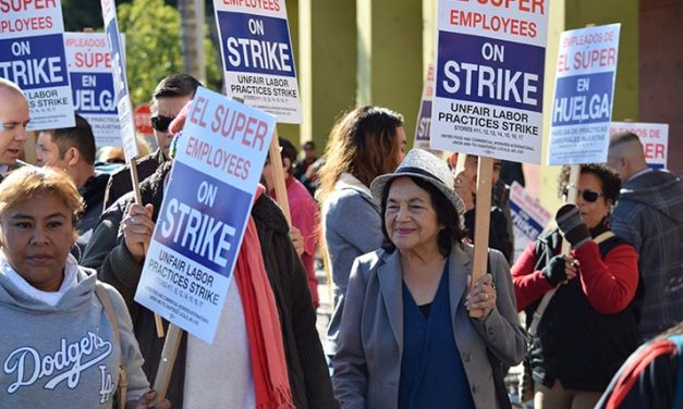 Dolores Huerta se una a huelga de trabajadores de tiendas El Super