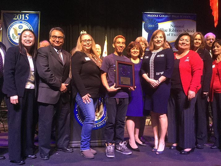 Middle College High School recibe el National Blue Ribbon