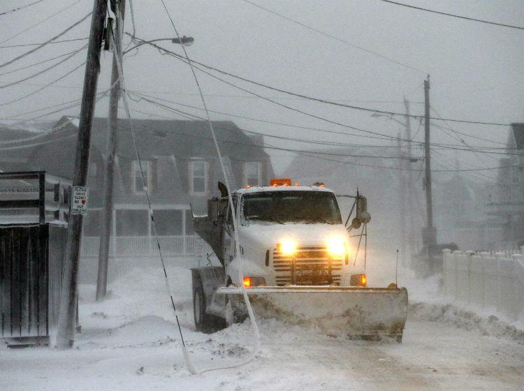 Tormentas de nieve cancelan miles de vuelos en E.U.