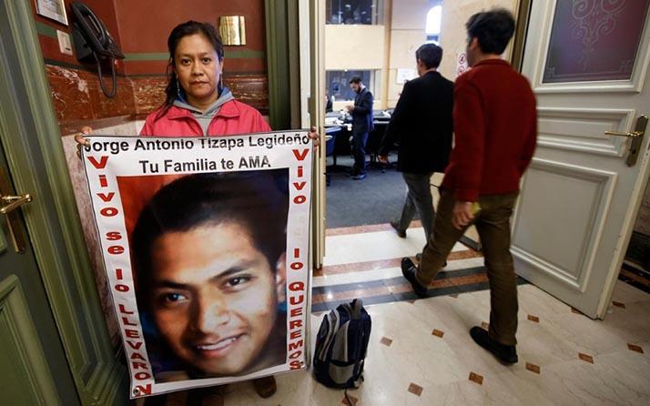 Padre de uno de los 43 desaparecidos pasa Navidad en huelga de hambre frente a consulado mexicano en N.Y.