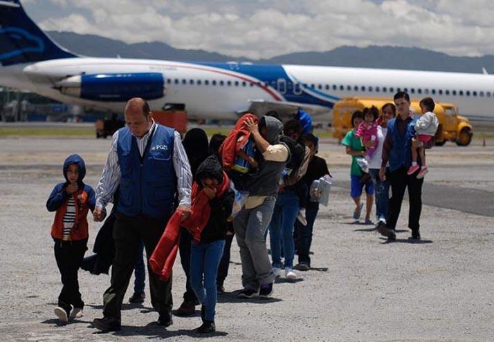 Familias deportadas de Estados Unidos en medio de redadas llegan a Ciudad de Guatemala