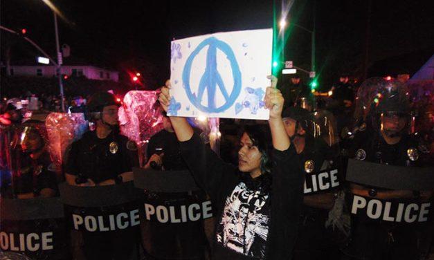 Arrestan a veinte manifestantes opositores de Trump en acto político en Costa Mesa