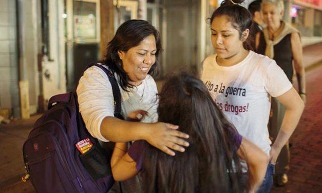 Mujer mexicana cruza frontera con sus hijas ciudadanas estadounidenses para reunirse con su familia