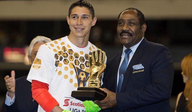 Hugo González del Club América ganador del Guante de Oro en SCCL