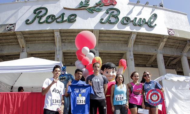 Súper  Héroes Se Presentan en el Rose Bowl.