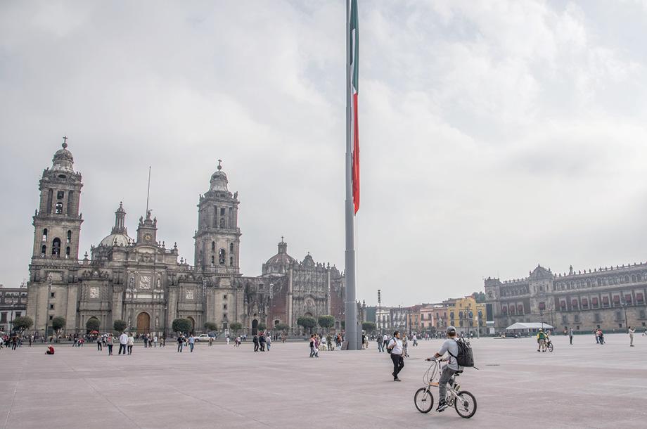 Reabren el Zócalo en el corazón de la ciudad de México