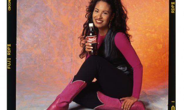 Objetos relacionados con Selena destacan la historia de la publicidad hispana en el Smithsonian