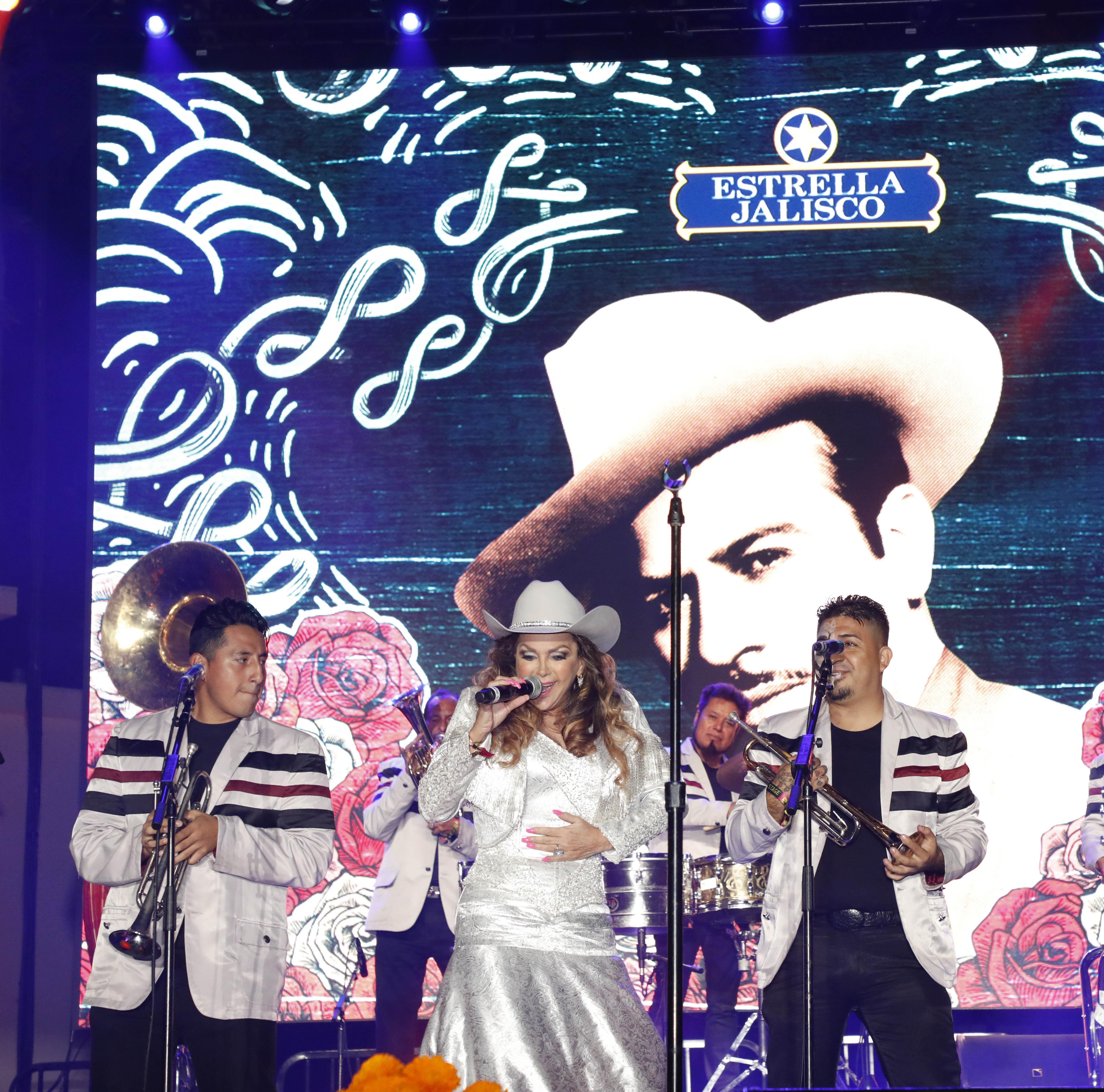 El Dasa y Kinky rindieron tributo a Pedro Infante cantando sus canciones en una de las celebraciones más grandes del Día de los Muertos en Estados Unidos