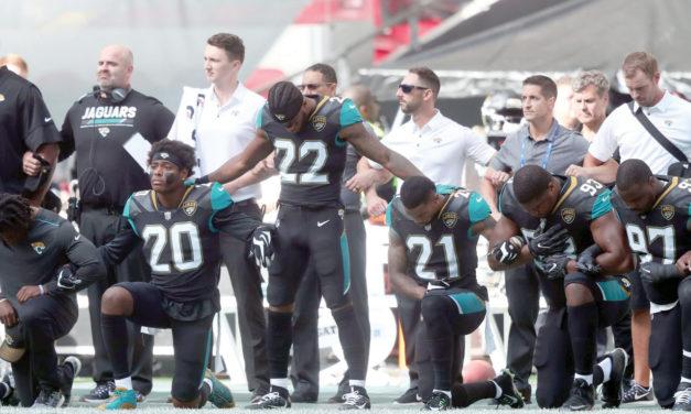 Jugadores de la NFL y dueños de equipos desafían a Trump arrodillándose durante el himno