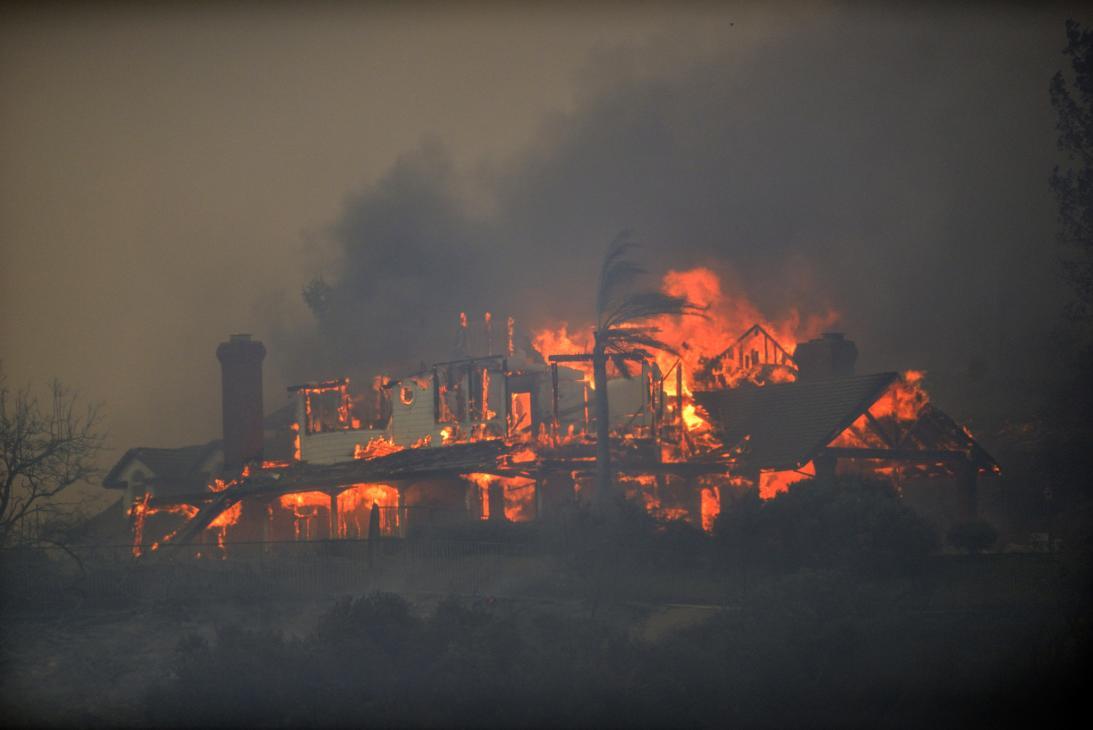 Voraz incendio destruye hogares en Anaheim Hills