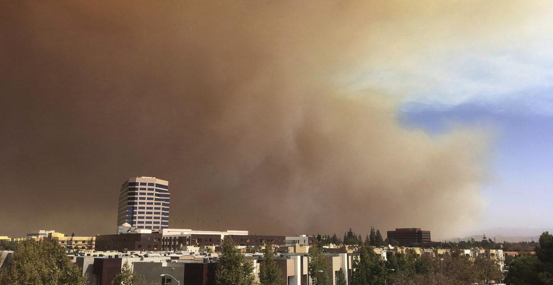 Ordenan evacuaciones en Anaheim Hills por el avance de un incendio cerca a zona residencial