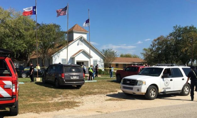 Al menos 27 muertos tras tiroteo en iglesia bautista de Texas