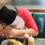 Comer deprisa puede afectar su cintura y su corazón
