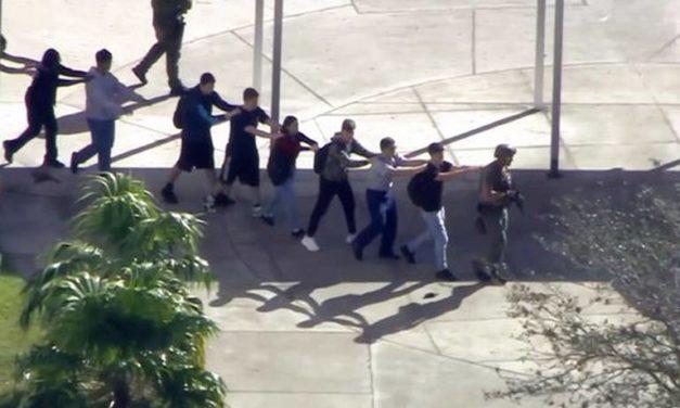 Ex alumno mata a 17 personas en escuela de Florida