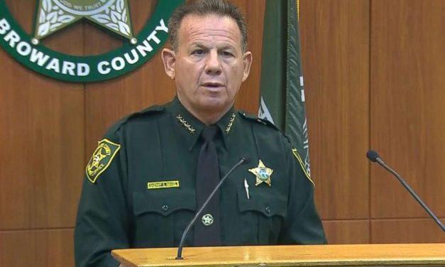 Suspenden a un policía por quedarse fuera del instituto en lugar de enfrentar al autor del tiroteo de Florida