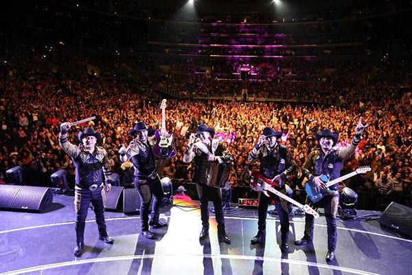 Bronco dejó su huella marcada con su gran concierto en el legendario Staples Center de Los Ángeles
