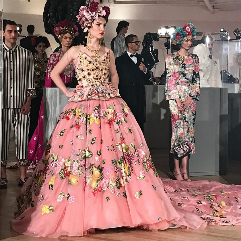 La modelo Maya Henry inaugura la pasarela del desfile Alta Moda de Dolce & Gabbana en la Ciudad de México