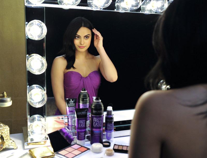 John Frieda® Hair Care elige a Camila Mendes para sumarse a la campaña 'Your Hair Talks, Make A Statement'