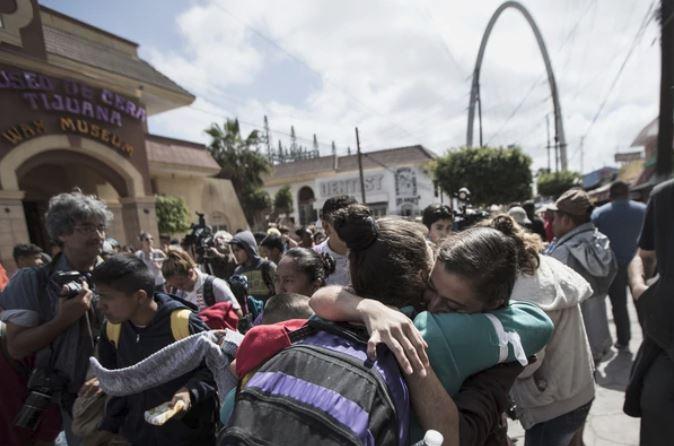 Una caravana de unos 200 migrantes llega a la frontera de EE.UU. para pedir asilo
