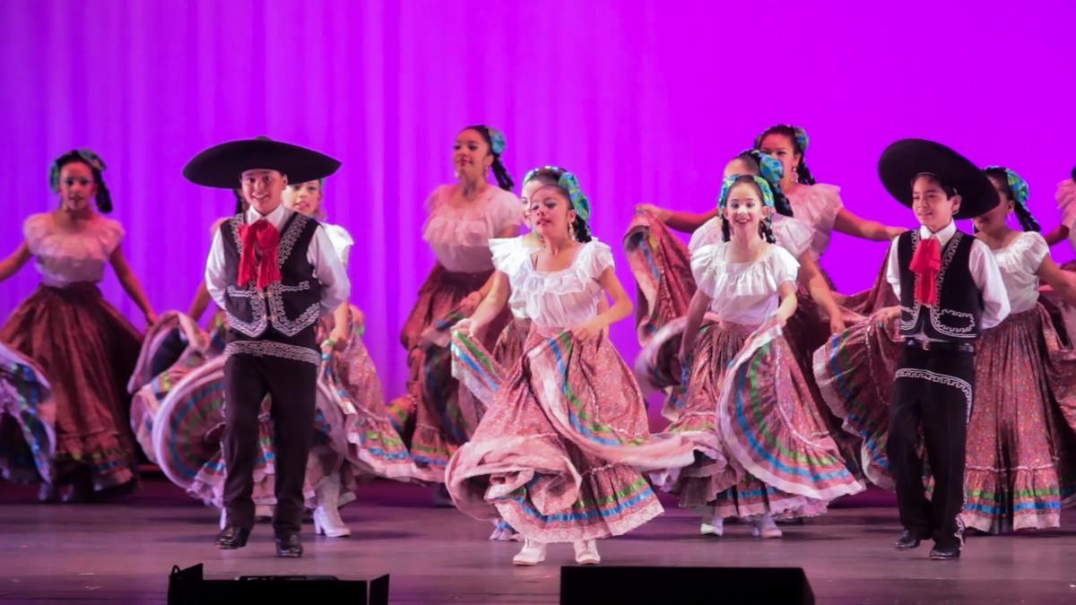 "Grupo Folklórico ""Relámpago Del Cielo"" presento ""Paisajes de México"""